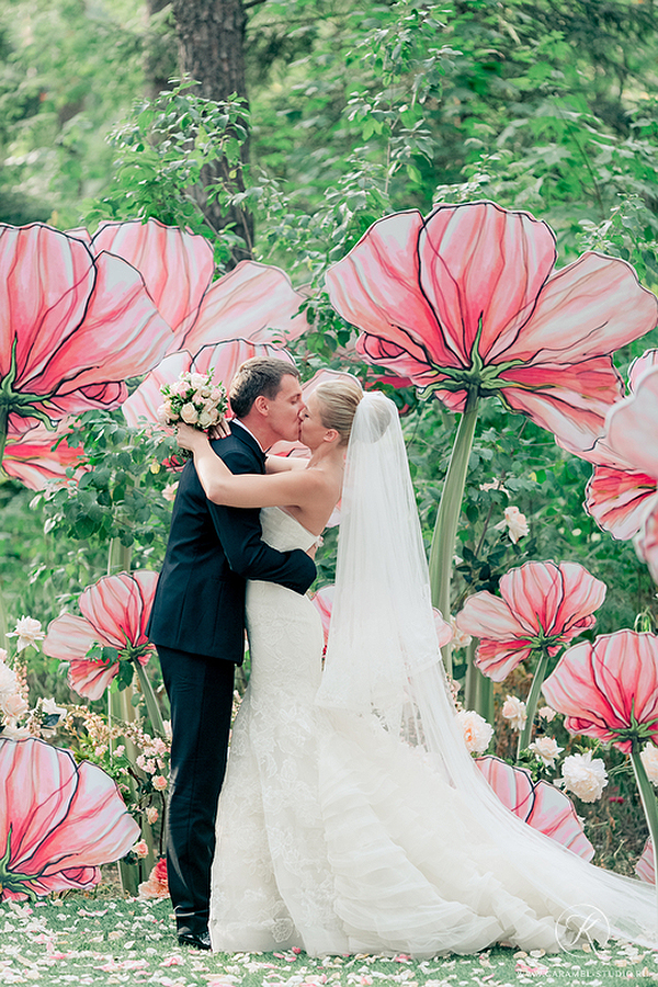 fancy painted backdrop of giant poppies weddingfor1000.com