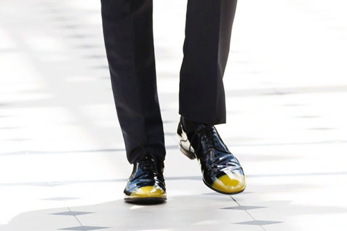 styled-groom---colored-shoes