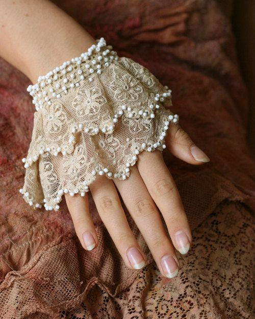 Lace accessories for a lovely wedding day look