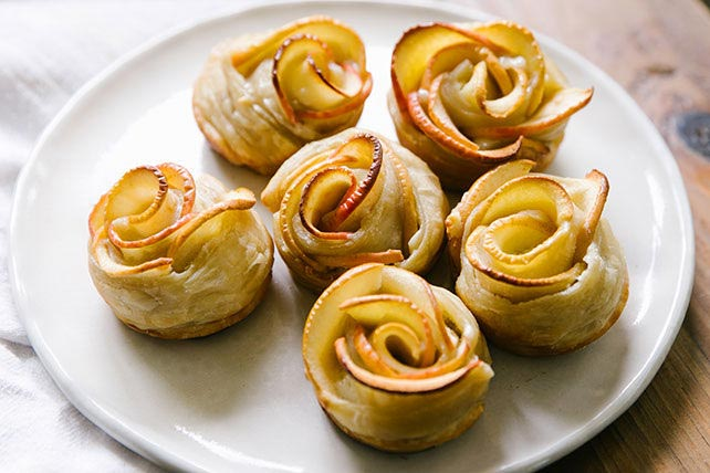 Apple Rose Tarts // Small Sweets for a Dessert Reception - weddingfor1000.com