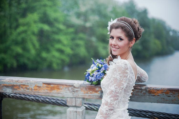 Look great in your wedding pictures. Find great budget wedding photography with these 5 tips - weddingfor1000.com