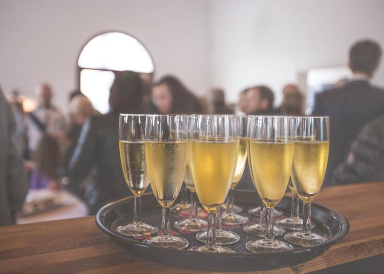 7 questions that will help you keep your wedding bar cost low! weddingfor1000.com